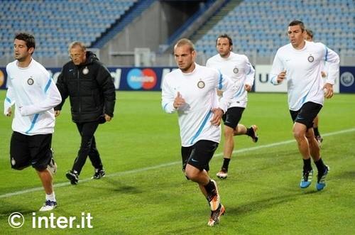 Ranieri si aggrappa a Sneijder e prova il modulo a una sola punta