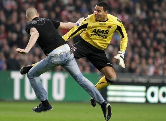 VIDEO: Durante Ajax-Az Alkmaar il portiere picchia un invasore e viene espulso. Gara sospesa!