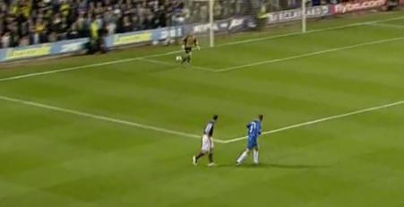 VIDEO: Guardate cosa accade dopo questa rimessa laterale... colpa del portiere o del difensore?