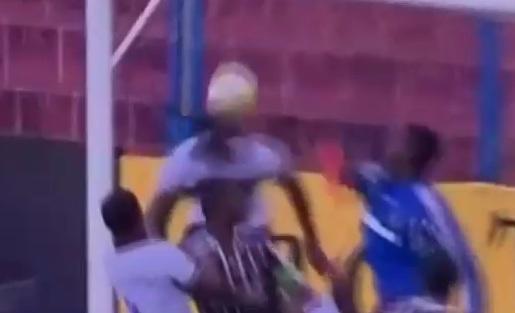 VIDEO - Sembra un gol fatto... ma fallisce a porta più che vuota!