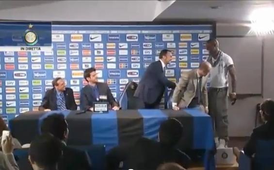 VIDEO - Balotelli fa irruzione ad Appiano e interrompe la conferenza stampa di Stramaccioni