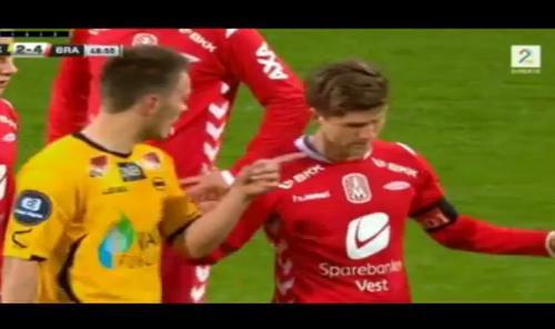 VIDEO - Incredibile in Norvegia: vuole restituire il pallone agli avversari ma fa gol... come andrà a finire?