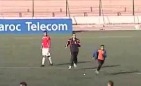 VIDEO - Ragazzino invade il campo e si prende gioco degli steward