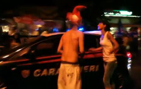 VIDEO - Piacenza: durante i festeggiamenti per l'Italia, Carabiniere estrae la pistola contro un tifoso...