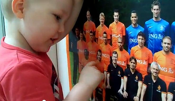VIDEO - Ecco il piccolo fenomeno che incanta l'Olanda: a soli 2 anni conosce a memoria tutta la rosa orange