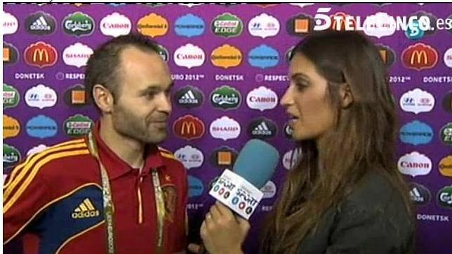 VIDEO - Clamorosa gaffe di Sara Carbonero durante un'intervista a Iniesta