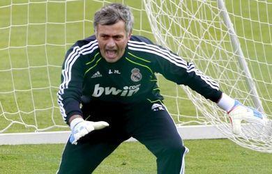 VIDEO - <i> Special One </i> anche tra i pali: Mourinho si inventa portiere per un giorno