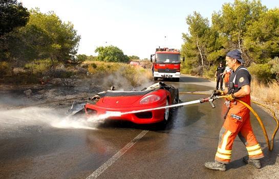 FOTO e VIDEO - Banega litiga ancora con un'auto: la sua Ferrari va in fiamme e...