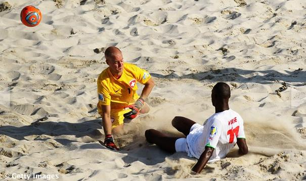 VIDEO - Beach soccer: incredibile gol del portiere in Svizzera-Spagna