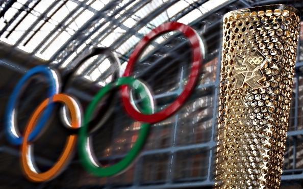 VIDEO - Un uomo nudo irrompe durante il passaggio della fiamma olimpica