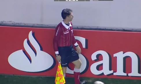 VIDEO - Tifoso restituisce il pallone, ma colpisce in testa il guardalinee