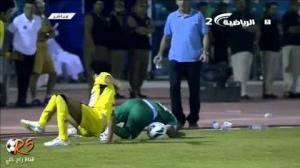 VIDEO - Perde la testa e prova a spezzare le gambe all'avversario con un'entrata killer...