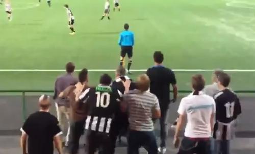 VIDEO - Svezia: la squadra perde 9-0 e i tifosi scimmiottano il guardalinee...