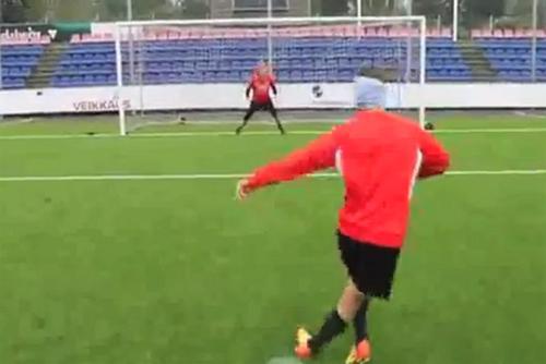 VIDEO - Una rabona <i>no-look</i> e la palla si infila nel sette: ecco il rigore da favola di...