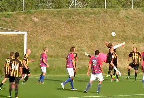 VIDEO: Incredibile gol del portiere in rovesciata ed è pareggio al 92'