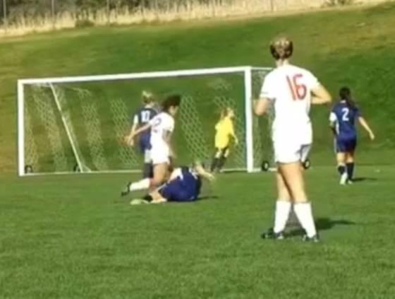 VIDEO - Bruttissimo episodio durante un match di calcio femminile: la giocatrice cade a terra e l'avversaria...