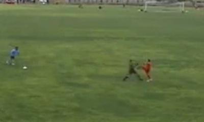 VIDEO - Il guardalinee perde la testa e si scaglia contro un giocatore, scatenando una rissa da saloon