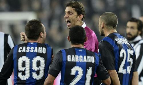 VIDEO - Cassano furioso nel tunnel: