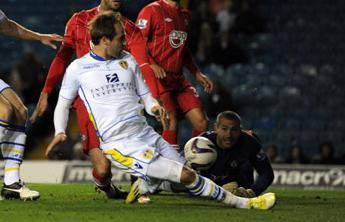 VIDEO - L'attaccante del Leeds sbaglia un gol clamoroso e in Inghilterra parlano di