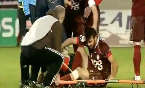 VIDEO - In Grecia la crisi colpisce anche il calcio: un calciatore si infortuna, ma la barella...