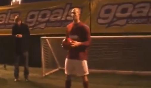 VIDEO - Un freestyler inglese lancia una nuova sfida: guardate con cosa palleggia...