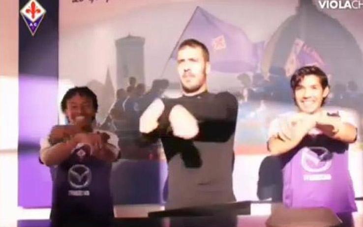 VIDEO - I giocatori della Fiorentina ballano sulle note di Gangnam Style per augurare buone feste ai tifosi