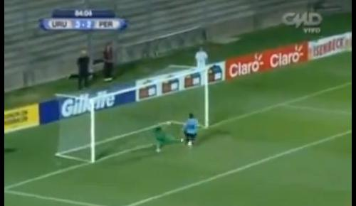 VIDEO - Il gol sembra fatto, ma il portiere compie un doppio miracolo