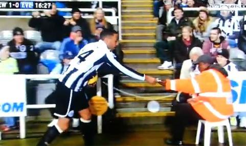 VIDEO - In Newcastle-Everton, James Perch ritarda la rimessa per colpa di una banconota