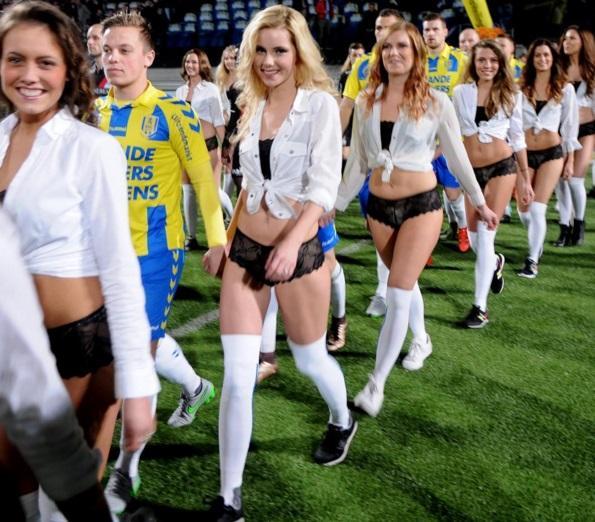 Olanda, modelle in lingerie scendono in campo con i giocatori