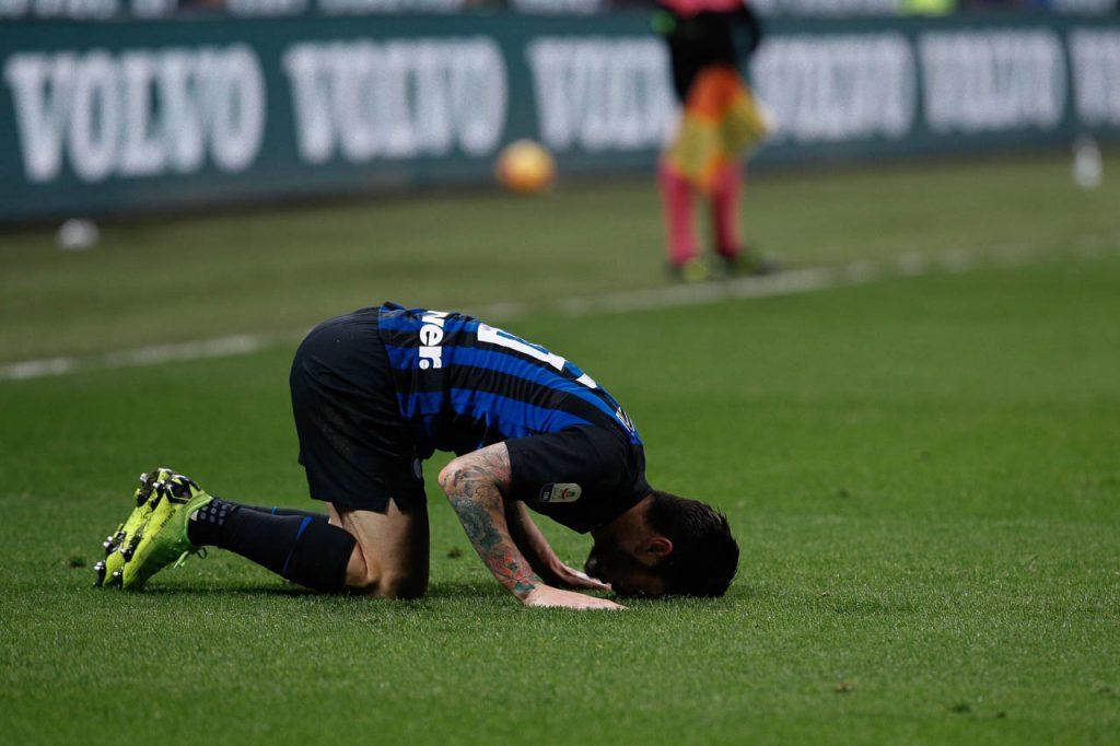 Politano lascia lo stadio di Dortmund in stampelle: brutte notizie per Conte