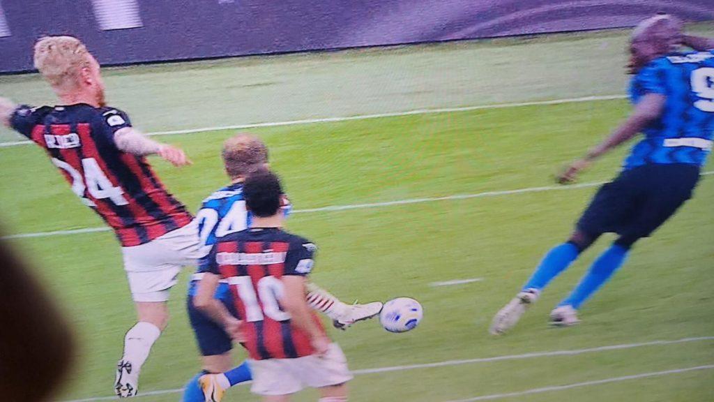 Moviola Gds - Lukaku in offside, Kessié da rosso. Mariani male: due sviste anche nel primo tempo