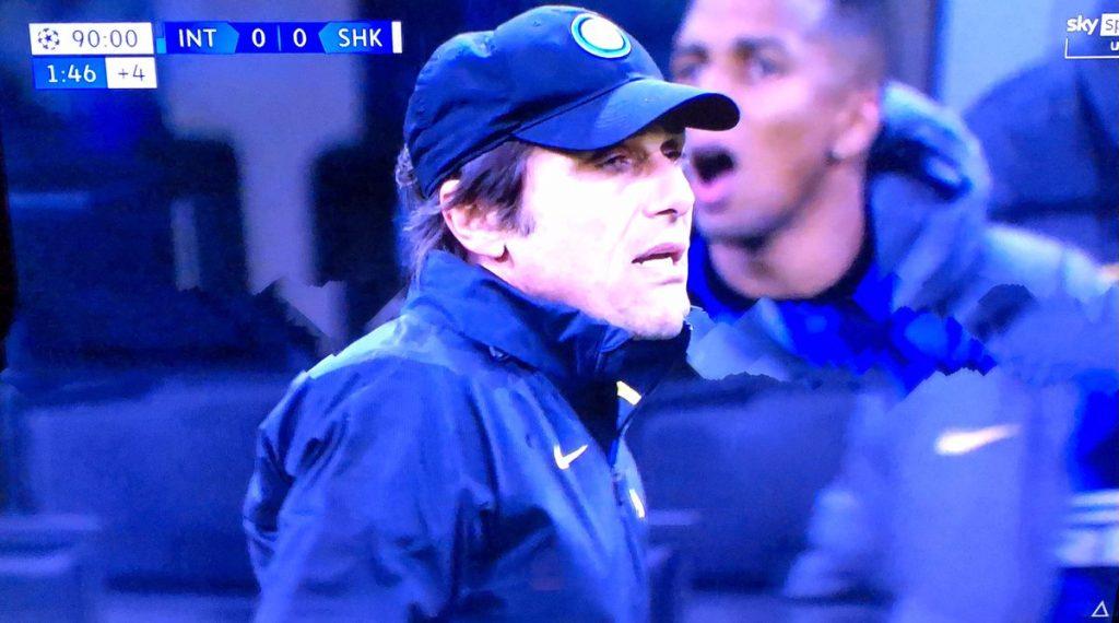 Vidal protesta dopo il rigore, Conte lo rimprovera: