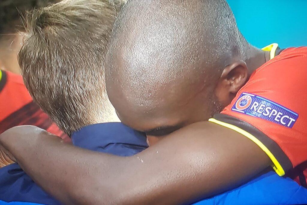 Abbraccio tra Lukaku e Barella prima di Belgio-Italia