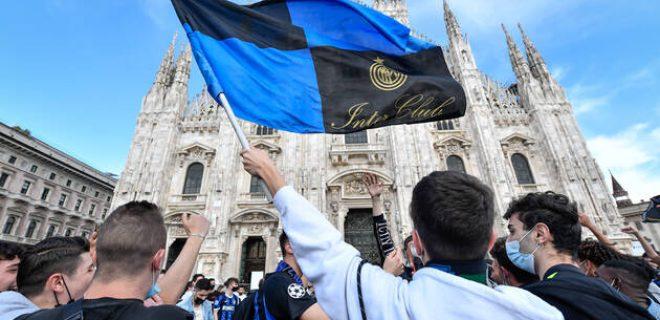Photo LaPresse - Claudio Furlan 02 May 2021 - Milano Italy Soccer Nerazzurri celebrating winning their Serie A title in Milan s Piazza del Duomo. In the pic: Scudetto celebrations in Piazza del Duomo PUBLICATIONxNOTxINxITAxFRAxCHN Copyright: xClaudioxFurlan/LaPressex